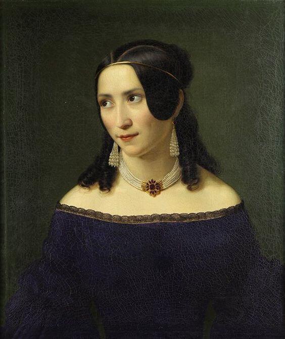 Portrait einer jungen Frau, die Schmuck trägt