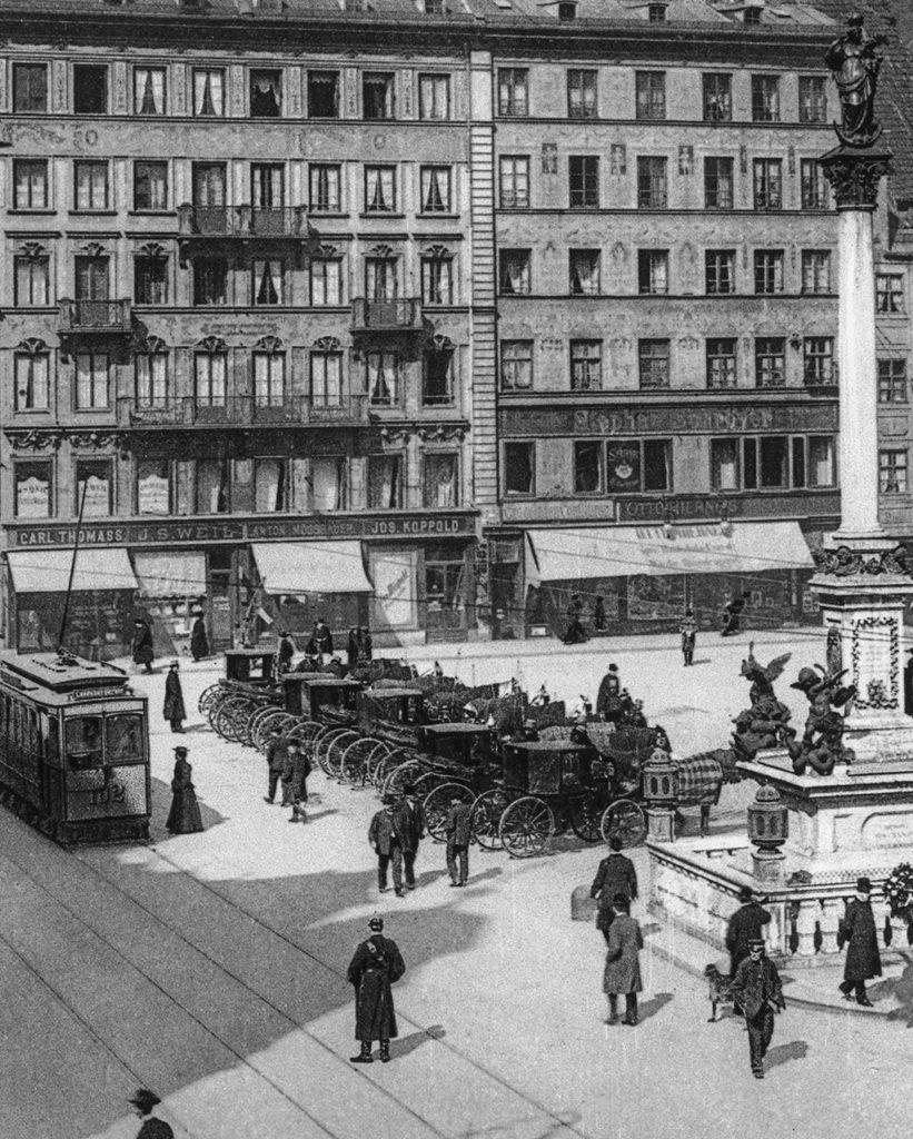 Schwarz-weiß Fotografie vom Marienplatz mit Hofjuwelier Carl Thomass