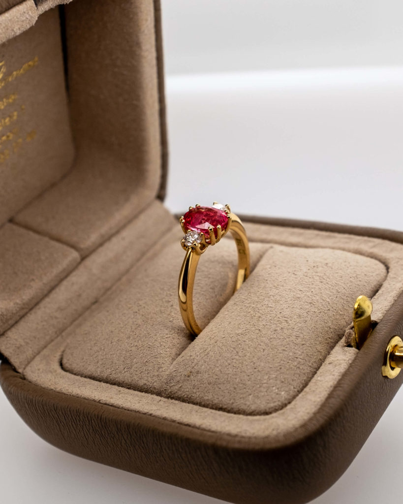 Rubin Verlobungsring in einer Ringschachtel