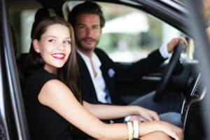 Ein paar sitzt Hand in Hand in einem Auto