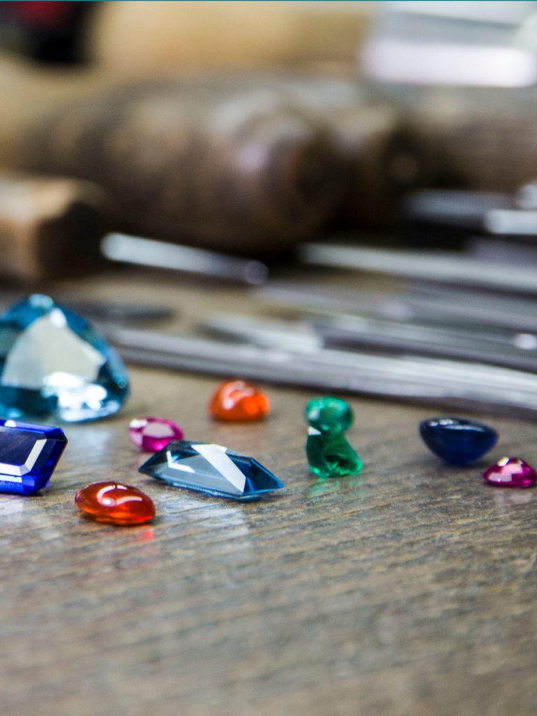 Farbedelsteine vor Werkzeug in der Goldschmiede von Carl Thomass